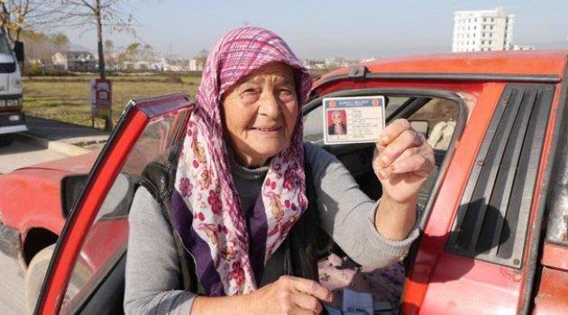 71 yaşındaki Fatma teyze kamyonet kullanarak semt pazarlarına ürün taşıyor